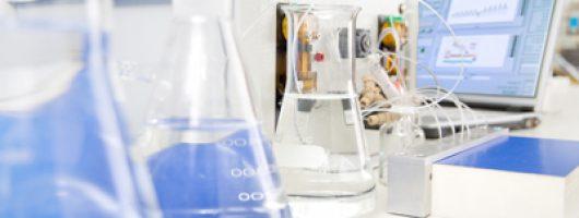 Forscher von Siemens Corporate Technology (CT) haben ein tragbares Biochip-Laborsystem entwickelt, um Wasser schnell auf Schadstoffe zu kontrollieren. Die Tests nutzen die Reaktion von Antikörpern auf bestimmte Hormone, Pestizide, Antibiotika oder Bakterien. Der Demonstrator von der Größe eines Laptops identifiziert in einer halben Stunde bis zu 25 Substanzen und deren Konzentrationen. Das mobile Labor könnte zum Beispiel die Wasserqualität etwa bei humanitären Einsätzen prüfen oder die Abwässer von Krankenhäusern überwachen.